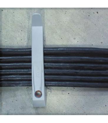 Держатель кабеля с проводами, закрепленный гвоздем по бетону